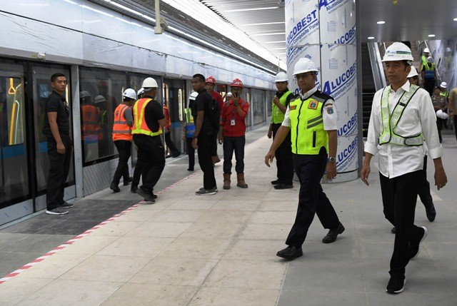 Presiden Joko Widodo dan Gubernur DKI Anies Baswedan saat meninjau MRT Jakarta. Foto: Antara/Wahyu Putro.