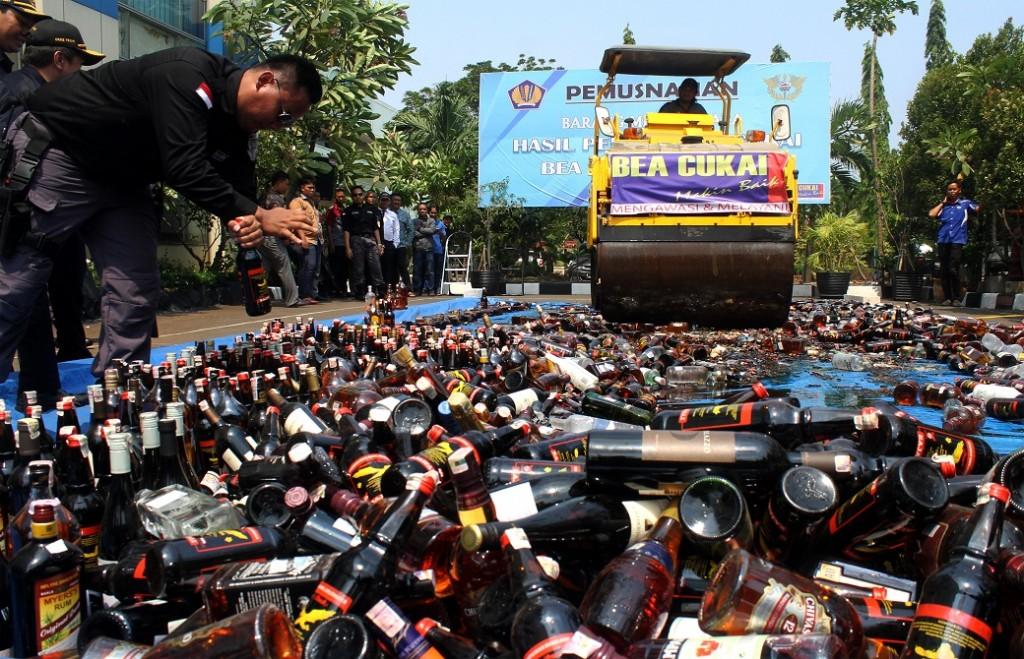 ilustrasi etugas Bea dan Cukai bersiap memusnahkan minuman keras dengan buldoser di Kantor Bea Cukai Marunda, Jakarta Utara, Selasa (2/10). ANTARA FOTO/Risky Andrianto.