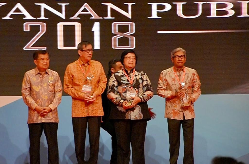 Wakil Menteri Luar Negeri RI AM Fachir (kanan) menerima penghargaan. (Foto: Dok. KJRI Kota Kinabalu)