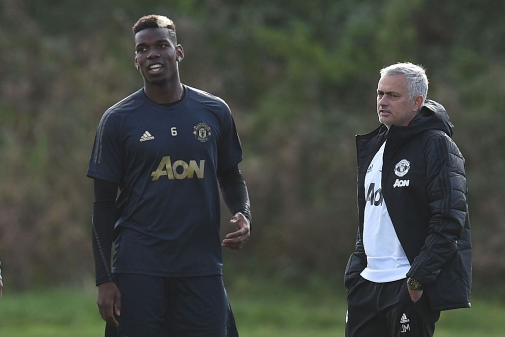Pelatih Manchester United, Jose Mourinho (kanan) bersama gelandang andalannya, Paul Pogba (AFP/Oli Scarff)