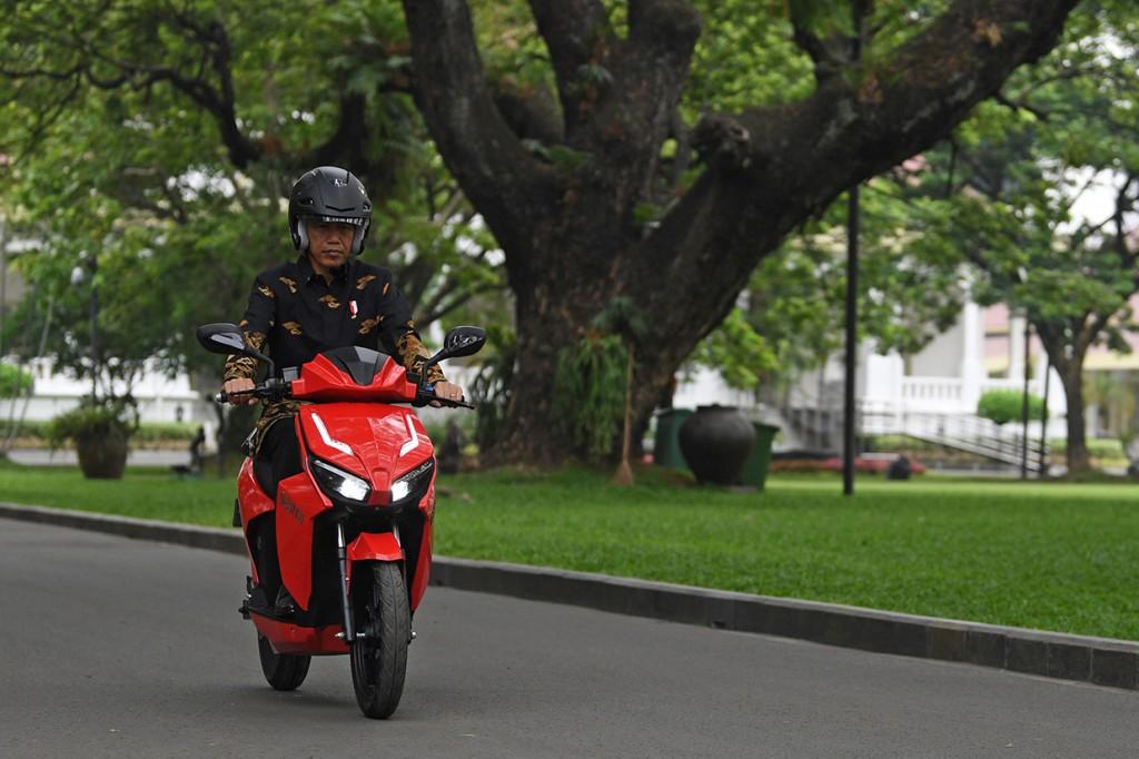 Jokowi mencoba Gesits di Istana Negara. Antara Foto/Wahyu Putro A