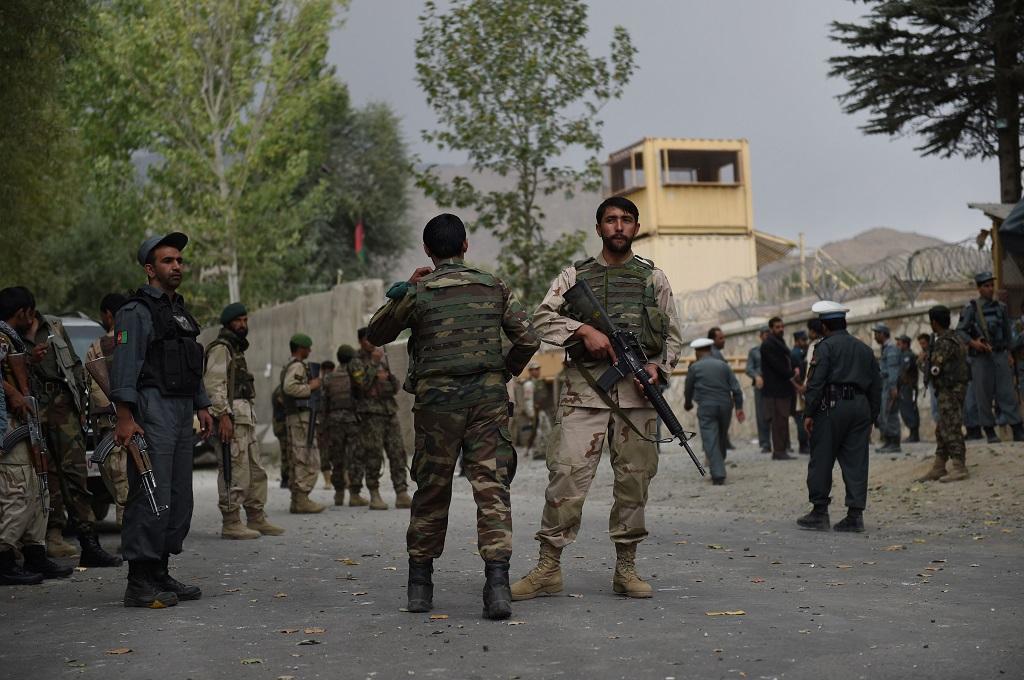 Aparat keamanan bersiaga di distrik Paghman, 21 kilometer dari Kabul, Afghanistan. (Foto: AFP/Shah Marai)