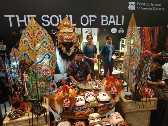 Pojok Creativillage di WCCE menampilkan kerajinan lokal Indonesia. Foto: Medcom.id/Wandi Yusuf.
