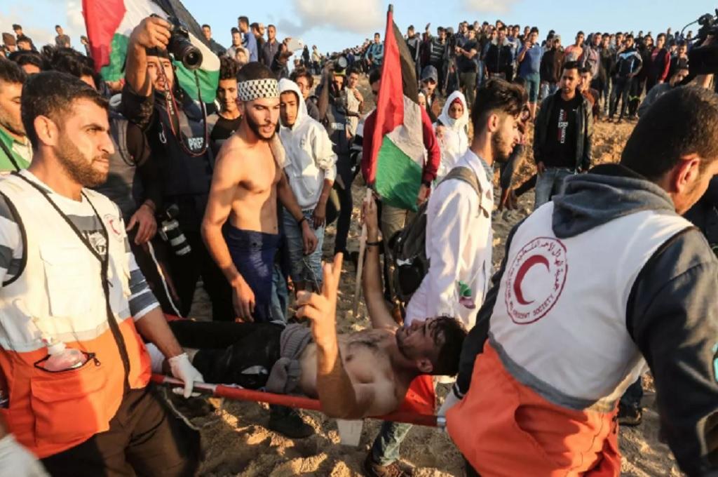 Abu Amro dibawa tim medis usai terkena tembakan pasukan Israel di sepanjang perbatasan Gaza, Senin 5 November 2018. (Foto: MAHMUD HAMS/AFP/GETTY IMAGES)