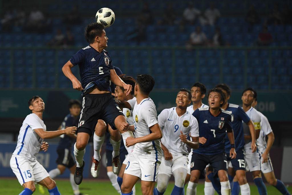 Skuat Malaysia (putih) saat berhadapan dengan Jepang di Asian Games 2018. (Foto: AFP/Arief Bagus)