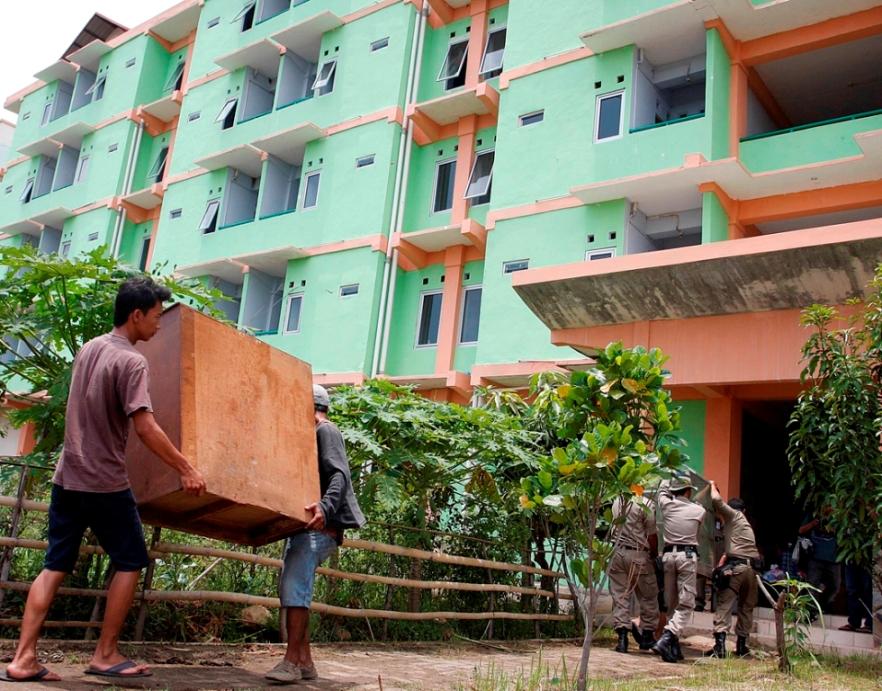 Warga Kalijodo mengangkat barang-barang miliknya ke dalam Rumah Susun Marunda, Jakarta. Foto: MI/Galih Pradipta.
