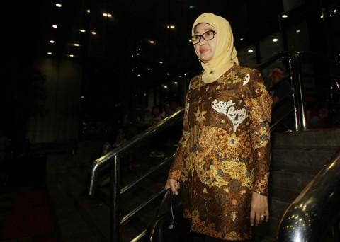 Bupati Indramayu Anna Sophanah, meninggalkan gedung Komisi