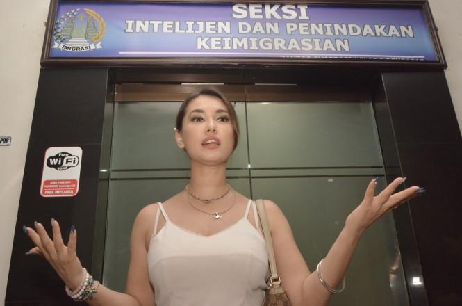 Maria Ozawa memberikan penjelasan usai dimintai keterangan oleh petugas di Kantor Imigrasi Kelas I Denpasar, Bali, Rabu (7/11/2018) dini hari. ANTARA FOTO/Fikri Yusuf