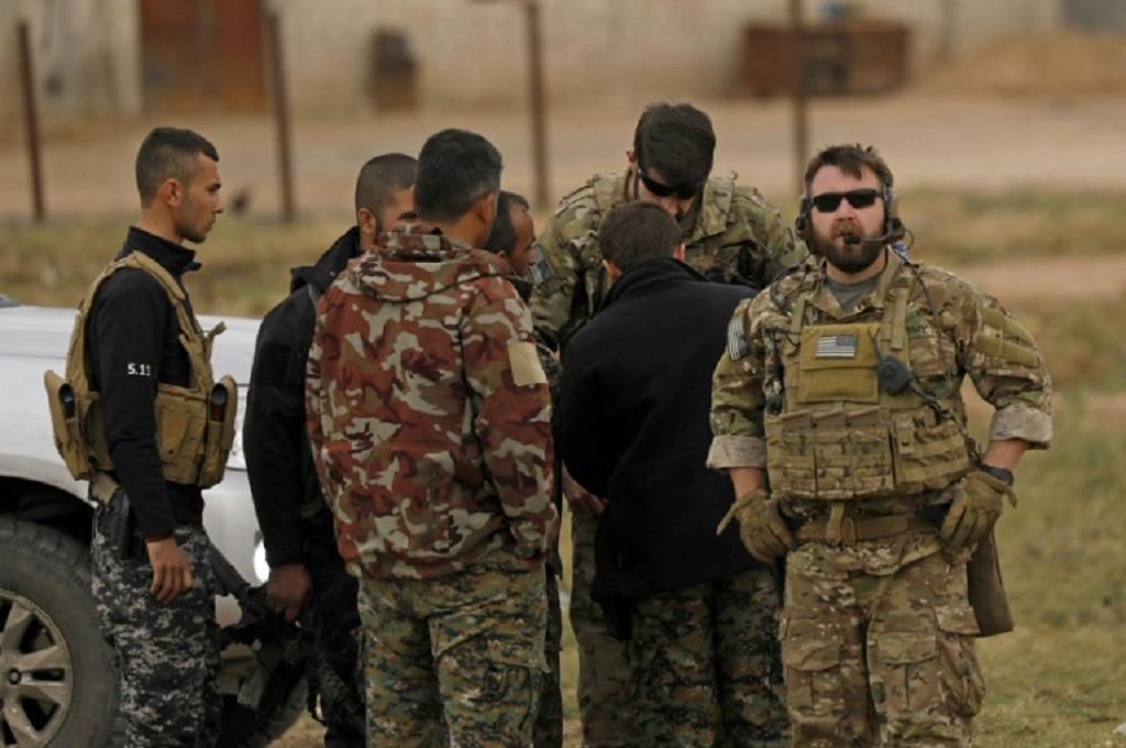 Pasukan AS dan Kurdi Suriah dari aliansi SDF berpatroli di Al-Darbasiyah, Suriah, yang berada dekat dengan perbatasan Turki. (Foto: AFP/File / Delil SOULEIMAN)