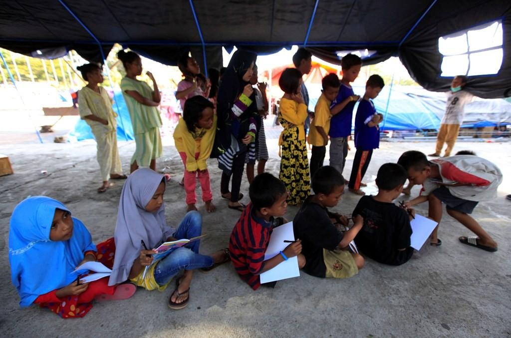 Anak pengungsi belajar di tenda darurat di pengungsian, MI/Ramdani.