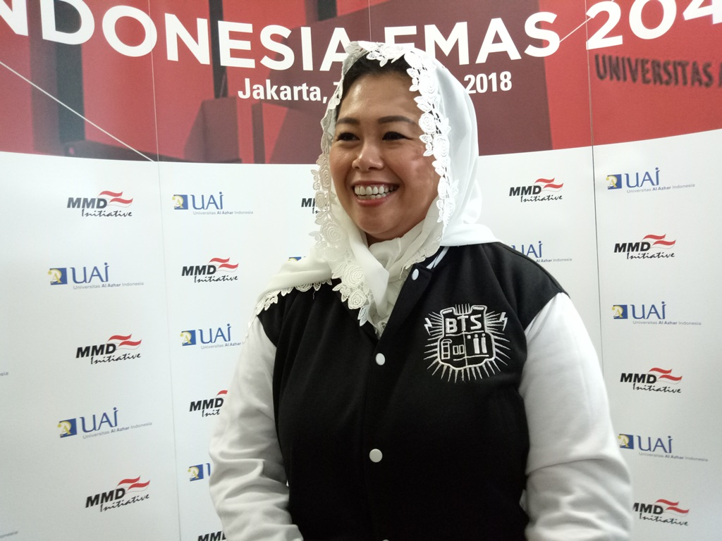 Pendiri Wahid Institut, Yenny Wahid menggunakan jaket Bangtan Boys (BTS), Medcom.id/Siti Yona Hukmana.