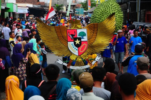 ILUSTRASI: Warga mengarak replika lambang Garuda Pancasila saat