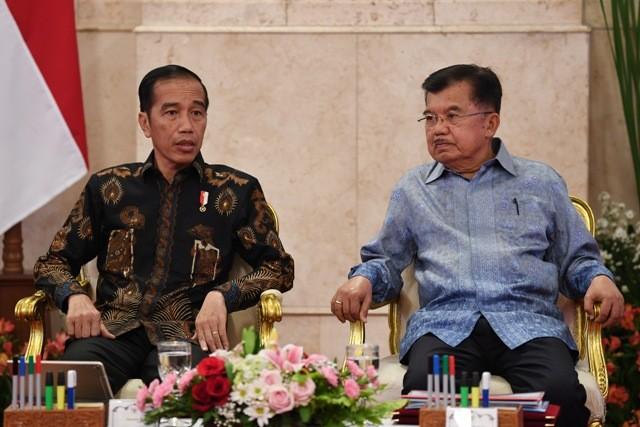 Presiden Joko Widodo (kiri) berbincang dengan Wakil Presiden Jusuf Kalla. Foto: Antara/Wahyu Putro.