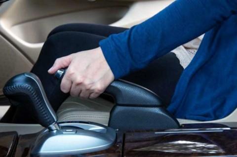 Pakai Rem Parkir saat Berhenti di Lampu Merah, Tak Dianjurkan