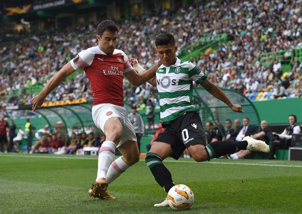 Bek Arsenal, Sokratis Papasthatopoulos, berduel dengan gelandang Sporting Lisbon, Fredy Montero (AFP/Fransico Leong)