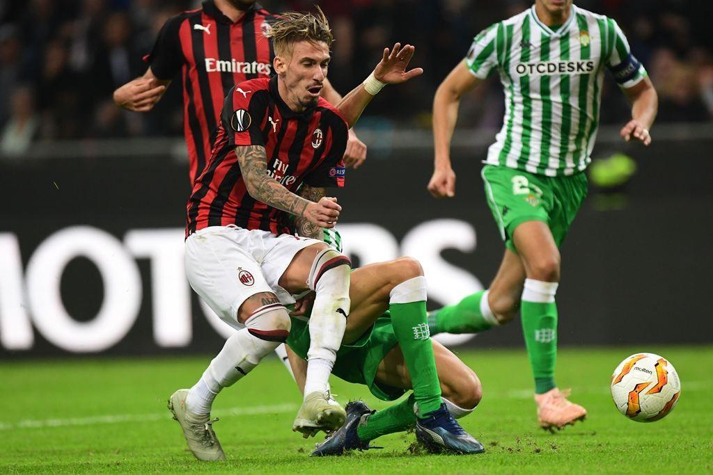 Pemain AC Milan dan pemain Real Betis berjibaku merebut bola (AFP/Miguel Medina)