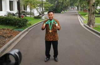 Jokowi Receives Weightlifter Eko Yuli Irawan