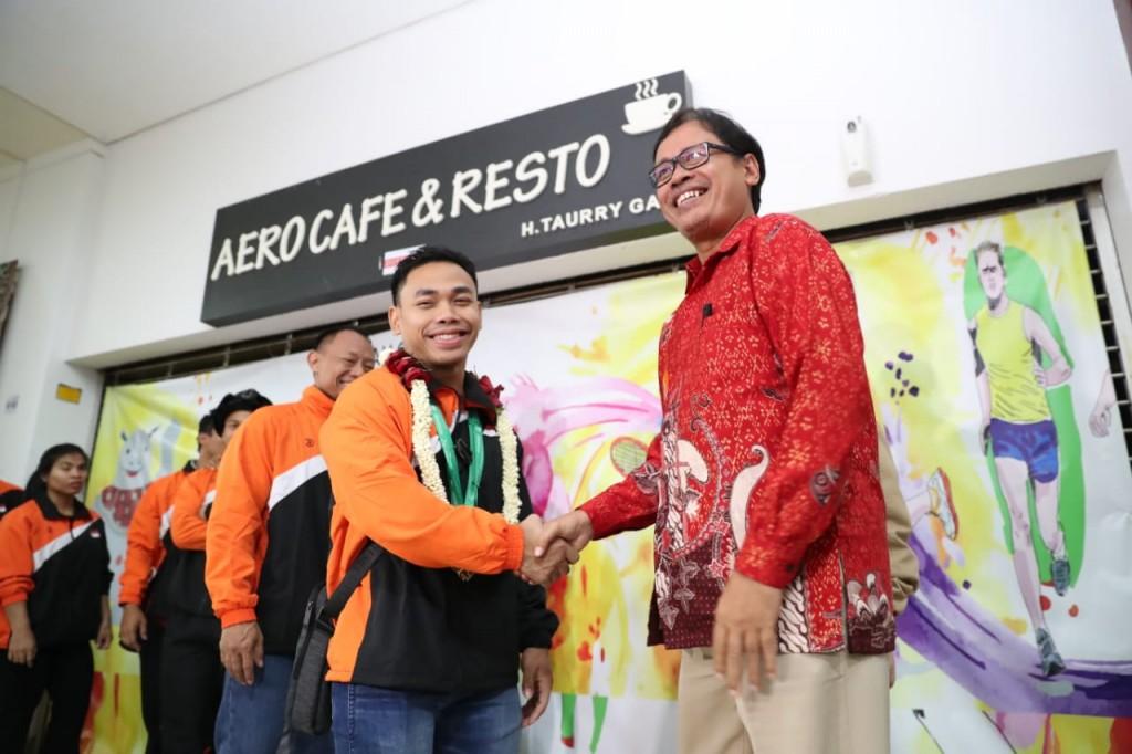 Eko Yuli (kiri) bersama Deputi Bidang Pembudayaan Olahraga Kemenpora Raden Isnanta (kanan). (Foto: Dok. Kemenpora)