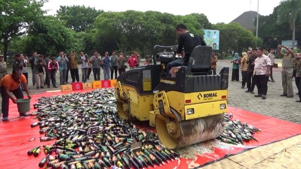 1500 botol minuman keras (miras) berbagai merek dimusnahkan dengan menggunakan alat berat di Plaza Kantor Wali Kota Bekasi, Jawa Barat, Kamis, 8 November 2018. Medcom.id/ Antonio.
