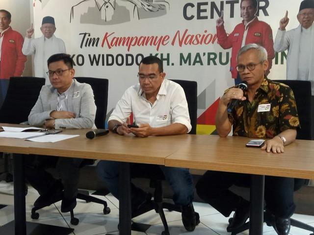 Juru Bicara Tim Kampanye Nasional (TKN) Joko Widodo-Ma'ruf Amin, Arya Sinulingga (tengah). Foto: Medcom.id/Arga Sumantri.
