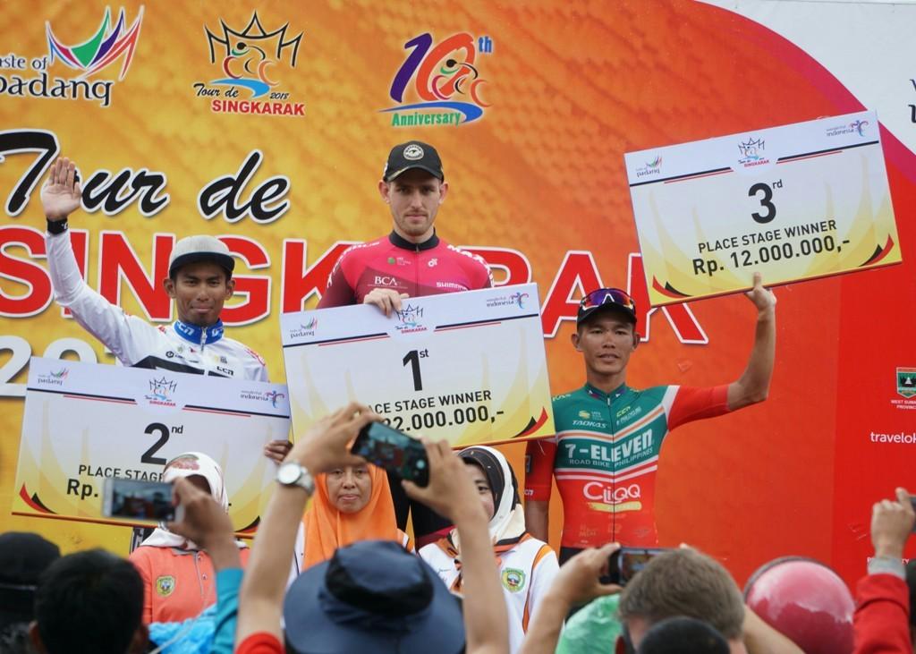 Suasana seremoni penyerahan hadiah usai etape 5 Tour de Singkarak 2018 (Foto: medcom.id/Kautsar Halim)