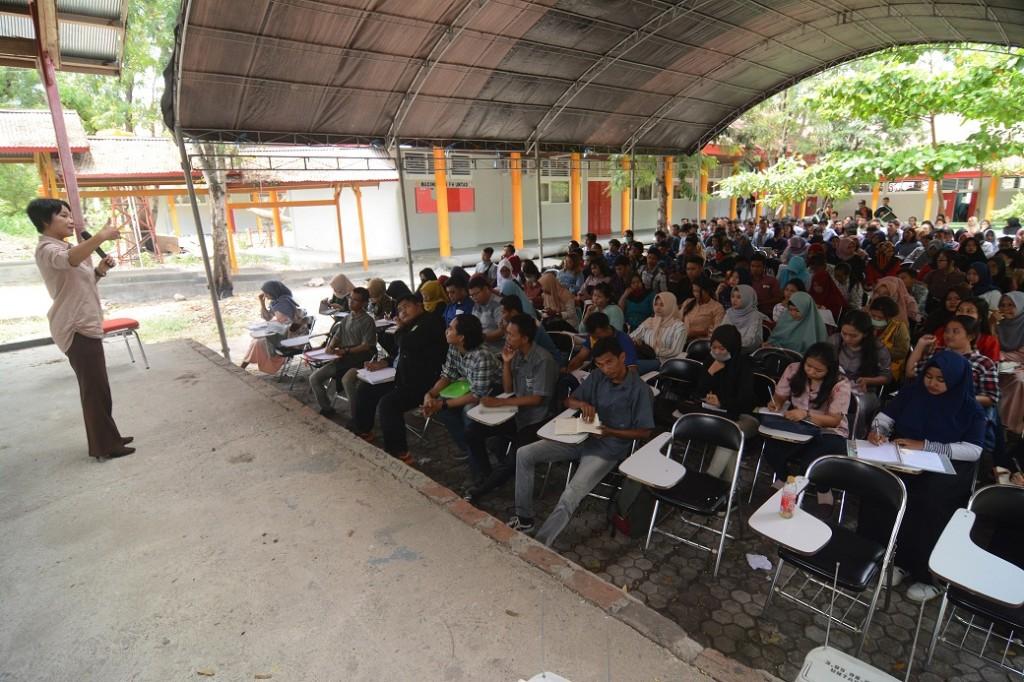 Sejumlah mahasiswa mengikuti perkuliahan di bawah tenda darurat di Fakultas Hukum Universitas Tadulako, Palu, Sulawesi Tengah, Senin (5/11/2018). ANTARA FOTO/Basri Marzuki.