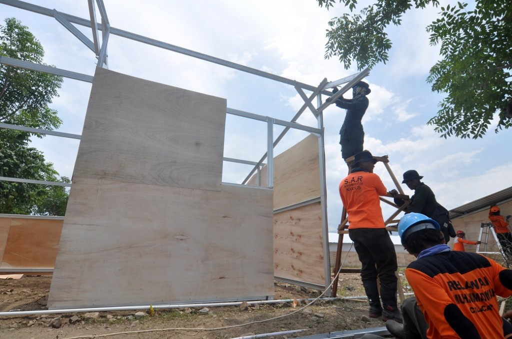Sejumlah relawan membangun hunian sementara (huntara) bantuan Pemerintah Daerah Jawa Tengah yang diperuntukkan bagi korban gempa di Petobo, Palu, Sulawesi Tengah, Rabu (17/10/2018). ANTARA FOTO/Mohamad Hamzah.