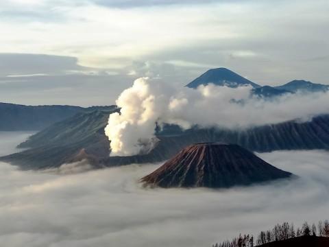 Menyaksikan keindahan alam dari Pananjakan 1 Bromo, Jawa Timur.