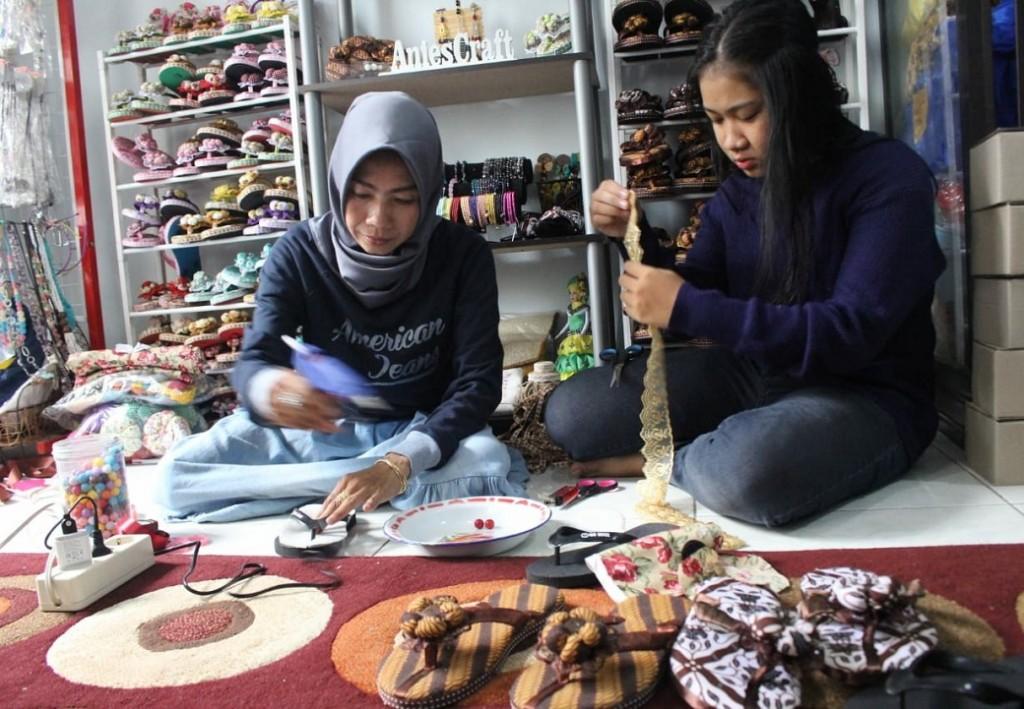 Seorang ibu rumah tangga di Sidoarjo bernama Tin Harnanik, 44, melakukan modifikasi terhadap sandal jepit, Kamis, 8 November 2018. Medcom.id/ Syaikhul Hadi.