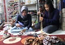 Kreasi Sandal Jepit IRT di Sidoarjo Hasilkan Jutaan Rupiah