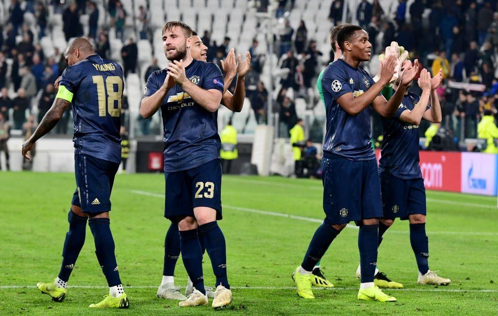 Luke Shaw (kiri kedua) merayakan kemenangan Manchester United atas Juventus (Foto: AFP/Miguel Medina)