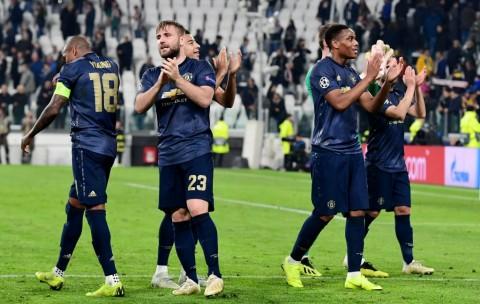 Luke Shaw (kiri kedua) merayakan kemenangan Manchester United