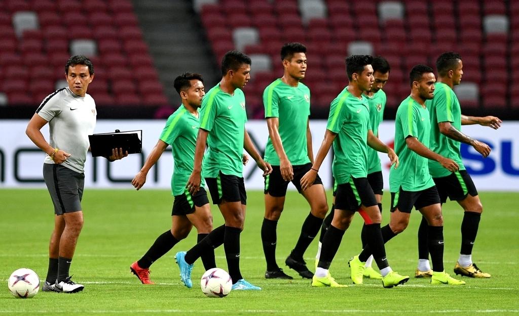Bima Sakti (kiri) memimpin latihan timnas Indonesia jelang menghadapi Singapura (Foto: Antara/Sigid Kurniawan)