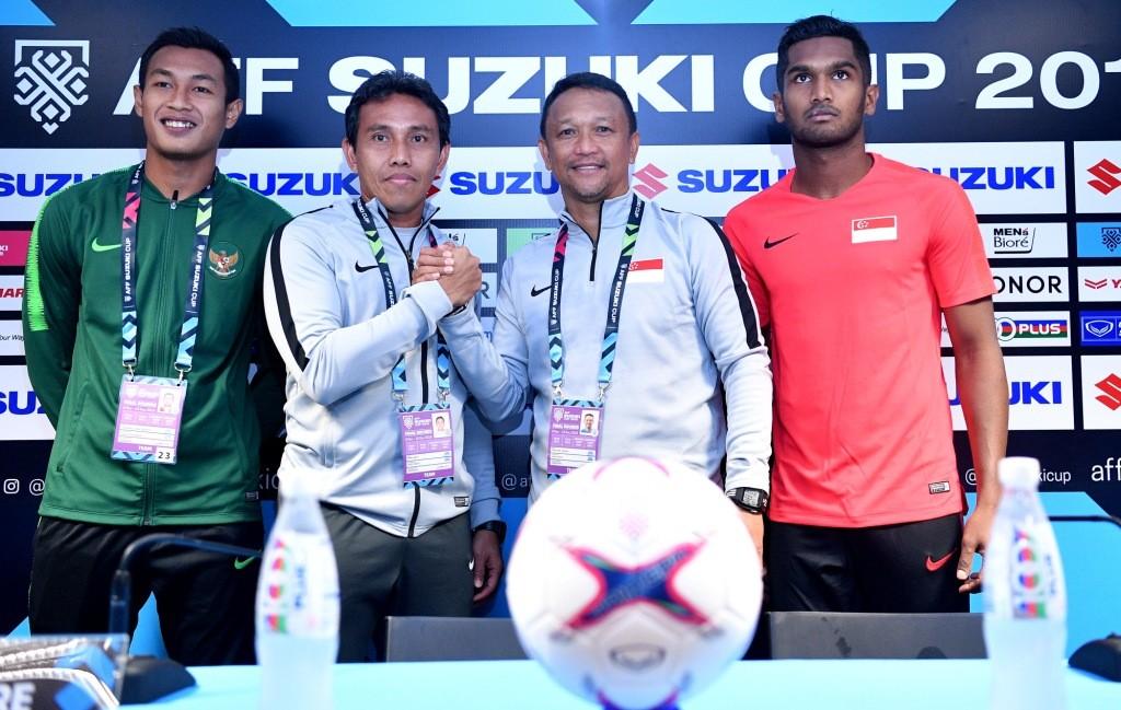 Momen saat pelatih Indonesia Bima Sakti (kiri kedua) berjabat tangan dengan pelatih Singapura Fandi Ahmad (kanan kedua) pada konferensi pers jelang pertandingan perdana penyisihan Grup B Piala AFF (Foto: Antara/Sigid Kurniawan)