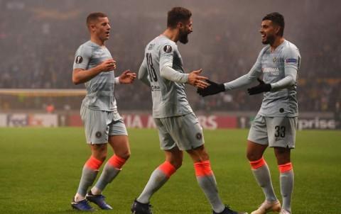 Olivier Giroud (tengah) sukses membawa Chelsea meraih kemenangan
