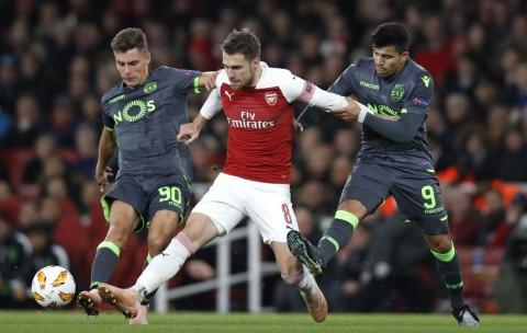 Momen saat gelandang Arsenal Aaron Ramsey melewati adangan dua