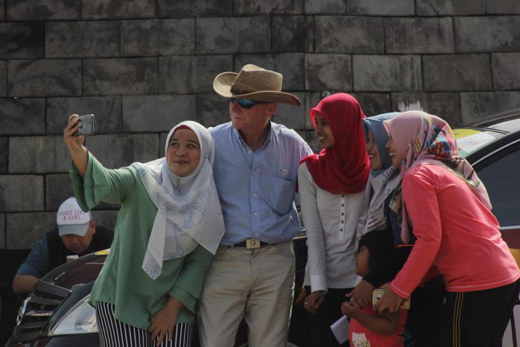Michael H. Robb berfoto bersama penduduk Kabupaten Lima Puluh Kota, Sumatera Barat. (Foto: Humas TdS)