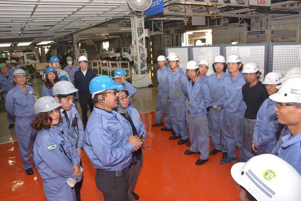 Direktur Bina Pemagangan Kemenaker Asep Gunawan saat mengunjungi PT Isuzu Motor ltd, di Fujisawa, Jepang. (Foto: Dok. Kemenaker)