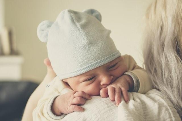Menurut evolutionary anthropologist, Gwen Dewar, Ph.D, bayi yang terlihat kelelahan biasanya pertanda bahwa mereka perlu lebih banyak waktu tidur. (Foto: Echo Grid/Unsplash.com)