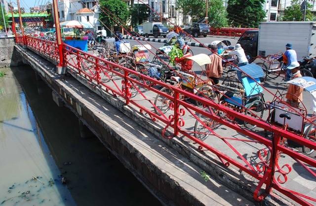Fisik jembatan relatif tidak mencolok. Merah yang menjadi namanya, adalah warna pagar besi tipis dan pendek di sisi kiri dan kanannya. Antara Foto/Erick ireng