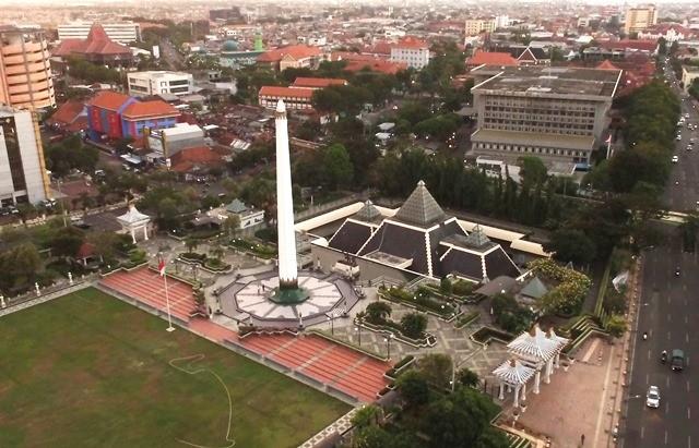 Monumen yang juga landmark Surabaya ini tingginya 41,15 meter dan berbentuk lingga. Warga juga menyebut bentuk itu sebagai paku terbalik. Antara Foto/Zabur Karuru