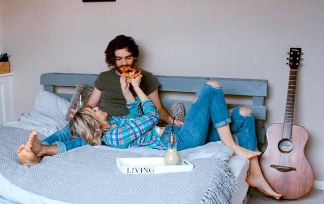 Penelitian yang dilakukan di Queensland menemukan bahwa pasangan menikah lebih mungkin merencanakan untuk makan bersama dengan porsi yang lebih besar dan lebih banyak. (Foto: Toa Heftiba/Unsplash.com)