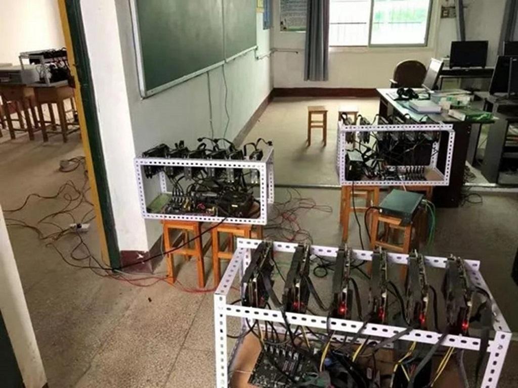 Beberapa set rig atau rak alat cryptomining. (HK01)