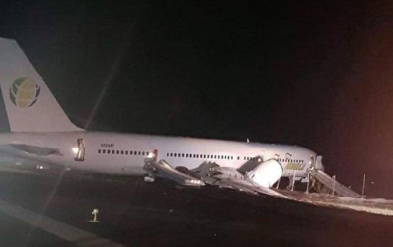 Pesawat Fly Jamaica Airways mendarat darurat di Guyana. (Foto: Express.co.uk).