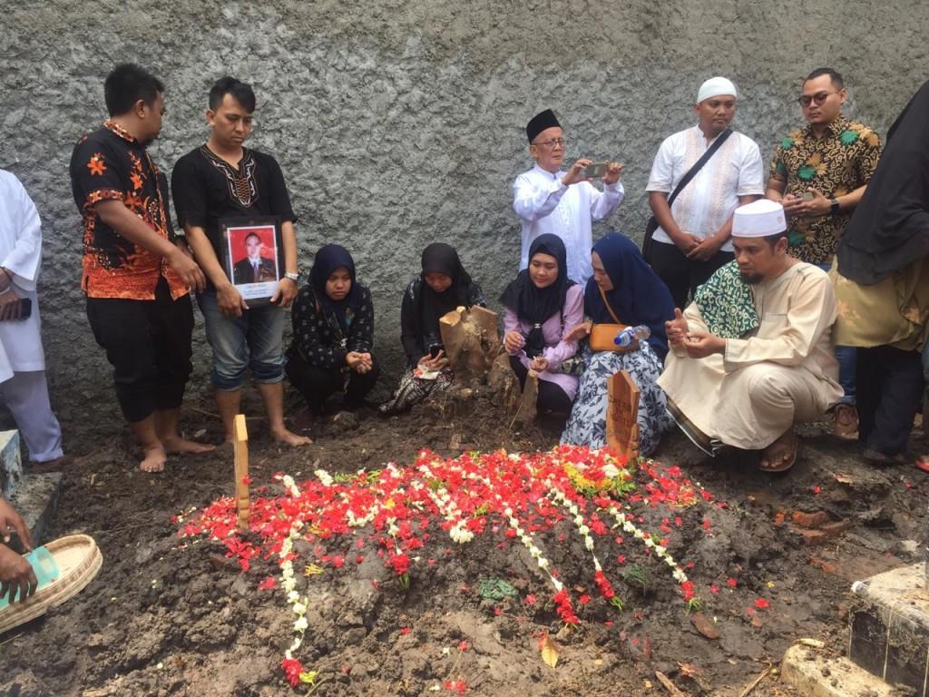 Keluarga Junior sedang berada di pemakaman. Medcom.id/Ahmad Rofahan