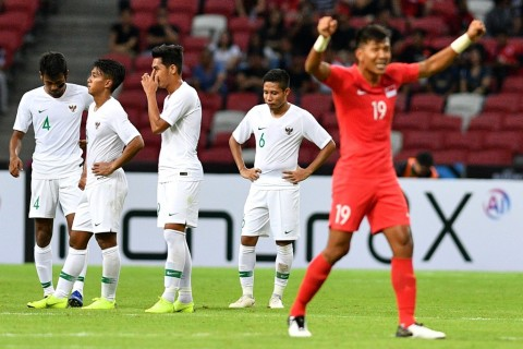 Para pemain Timnas Indonesia tertunduk lesu  usai dikalahkan