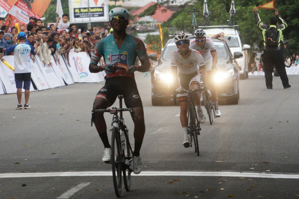 Momen saat Clint Hendrick memenangi Etape 6 Tour de Singkarak 2018 (Foto: medcom.id/Kautsar Halim)