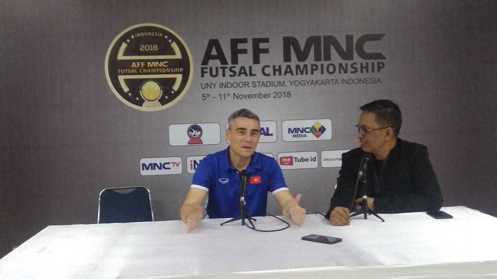 Pelatih Futsal Vietnam  Miguel Jose Rodrigo Conce Salazar menghadiri konferensi pers usai timnya dikalahkan Malaysia pada semifinal Piala AFF Futsal 2018 (Foto: medcom.id/Ahmad Mustaqim)