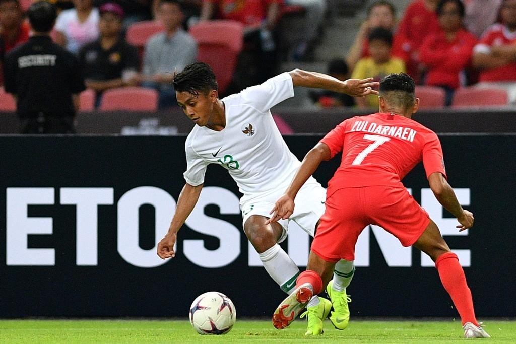 Febri Hariyadi tidak bisa berbuat banyak untuk Indonesia karena selalu mendapat kawalan ketat pemain Singapura di laga perdana Grup B Piala AFF 2018 (Foto: ANTARA FOTO/Sigid Kurniawan)