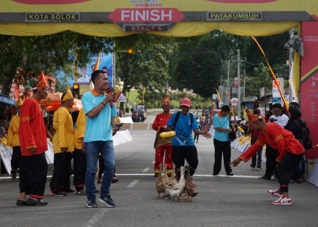 Suasana balapan itik yang jadi budaya masyarakat Sumatera Barat di etape 6 Tour de Singkarak 2018 (Foto: medcom.id/Kautsar Halim)